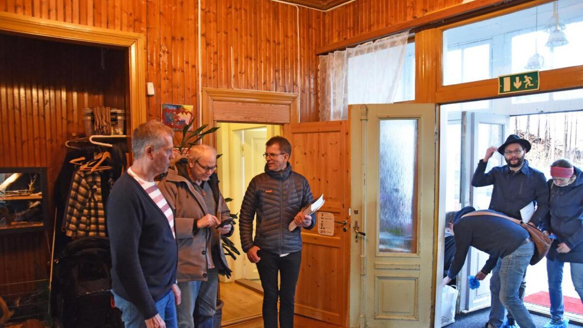 Mange tok turen for se på den enorme eneboligen på Vikeland Helge Omdal (til venstre) var en del av velkomstkomiteen. Torkild Haus på sin side hadde vært mye i huset som liten og var der mest for nysgjerrighetens skyld.Alle
