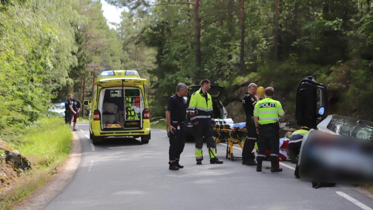 En bil kjørte av veien ved Løddesøl i Arendal mandag ettermiddag.