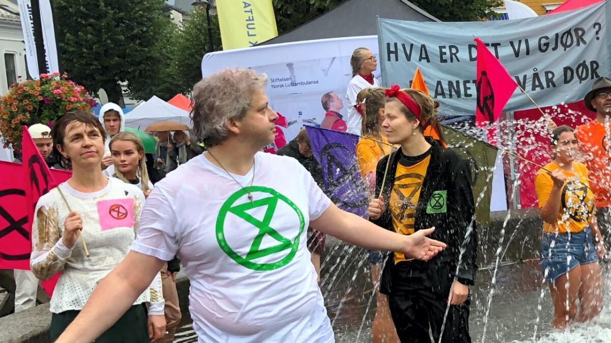 Torsdag utførte miljøaksjonistene fra Extinction Rebellion et gateteater på Torvet i Arendal om det som skjer med miljøet.