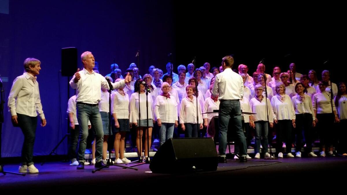 Songlaget Stordabuen  i storform  framførte «1960-åra  Stord. Verda og Musikken».  Berit Grov  og Knut Vika stod for formidlinga av  nyhenda frå tiåret.