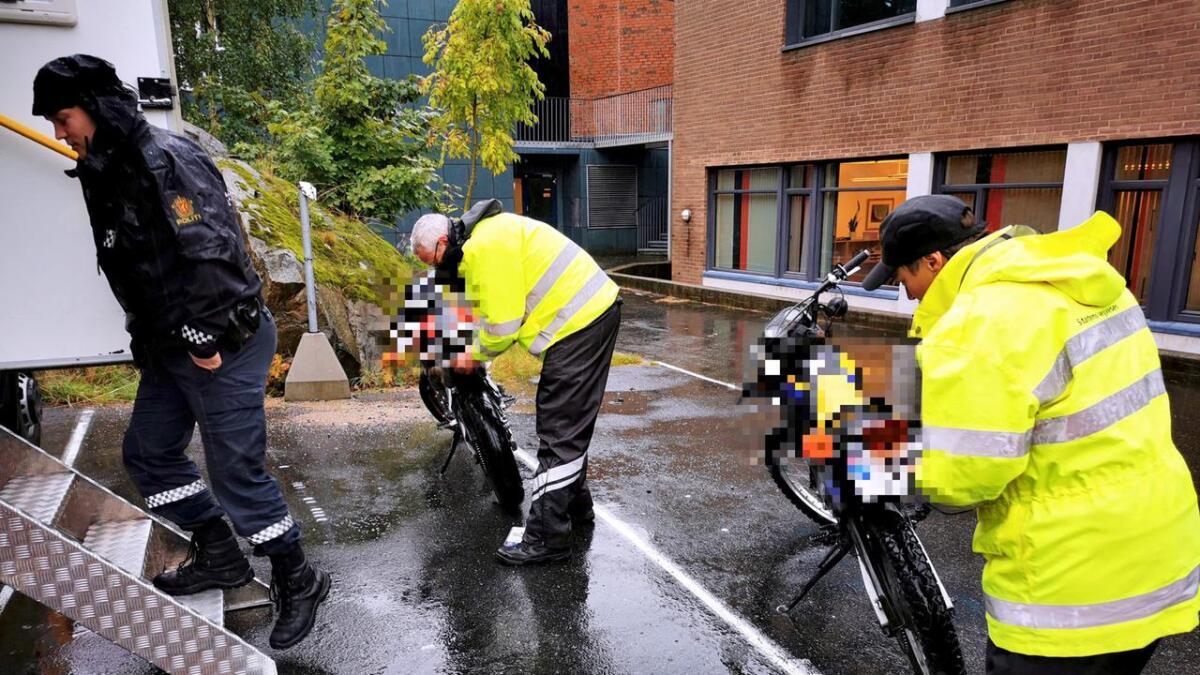 Statens vegvesens personell fjerner skiltene på to av mopedene som gikk raskest under kontrollen.