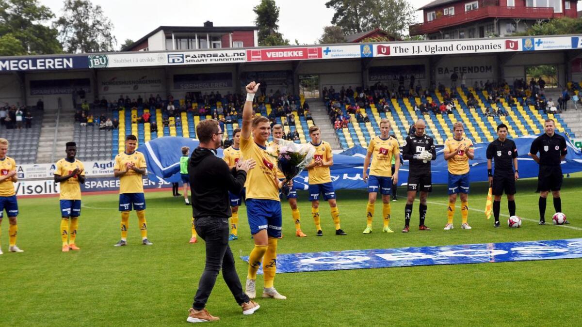 Espen Knudsen fikk blomster og applaus før kampen på Levermyr søndag.