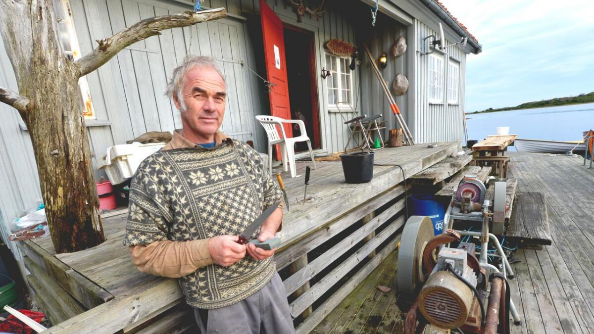 Halvor Abusland sliper gjerne kniver ved sjøbua på Tromøy. Han er en tusenkunstner som stadig har prosjekter på gang og ivrer for at håndverkere bør få bedre anerkjennelse.
