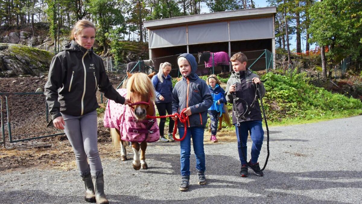 Kristoffer Andersen (10) syntes ikke det var det minste skummelt å møte ponniene på travskolen. Jeanett Dagsvold (t.v.) er leder for travskolen.