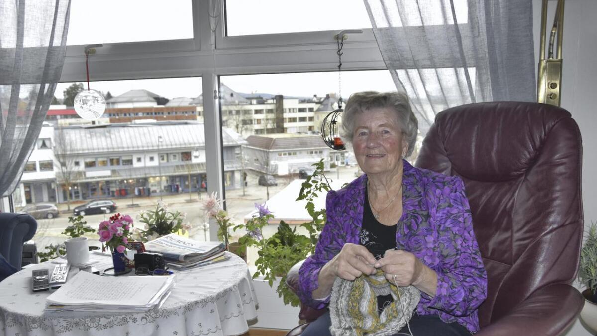 Fra leiligheten i toppetasjen på Årnes Amfi kan Margot Lillebråten følge med på livet i Årnes sentrum. I dag fyller hun 80 år.
