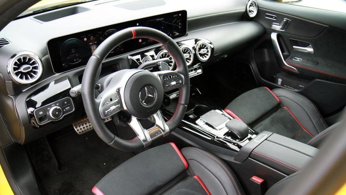 Mercedes A-klasse har kompaktsegmentets beste interiør, og i A 35 er dette supplert med røde detaljer. Bilen har dog ikke AMG-girspak på midtkonsollen, girspaken sitter på rattstammen.