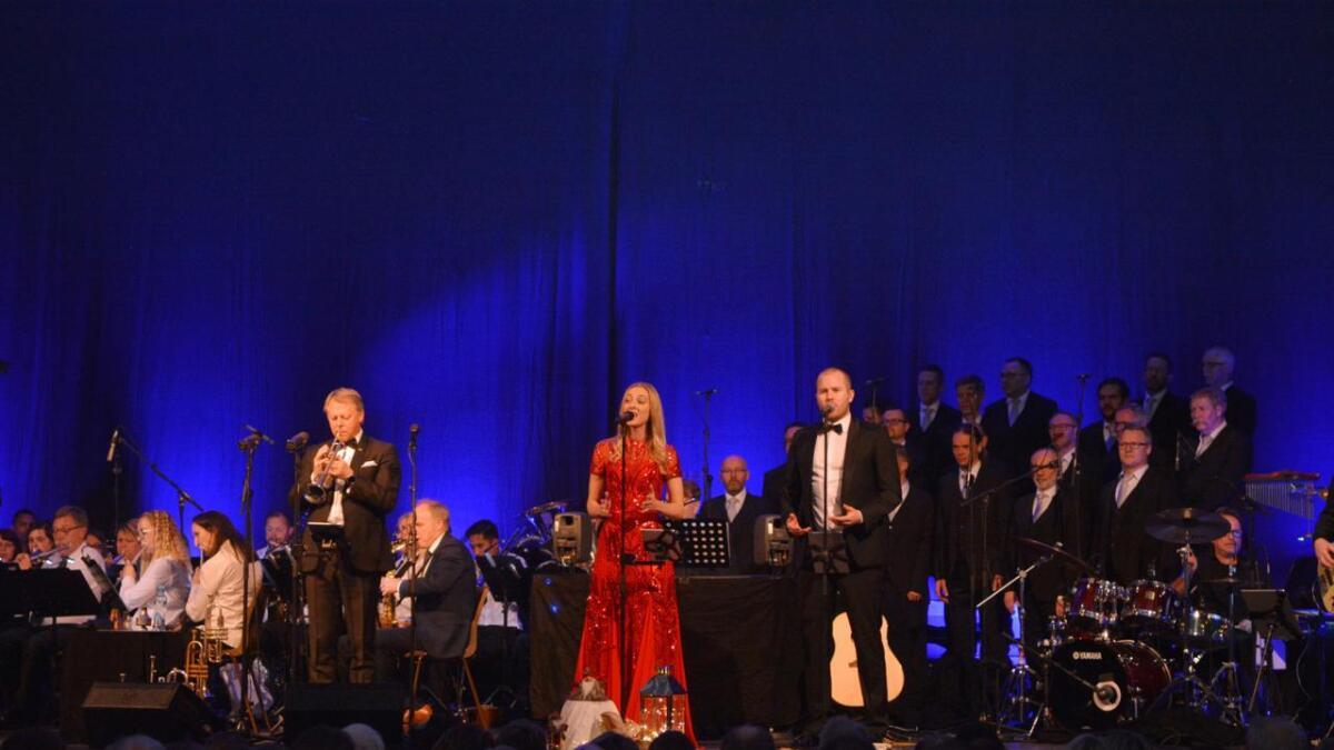 Ole Edvard Antonsen, Stine Hole Ulla og Knut Marius Djupvik. I bakgrunnen ser vi Bø musikkforening og Bel Chorus. (Alle