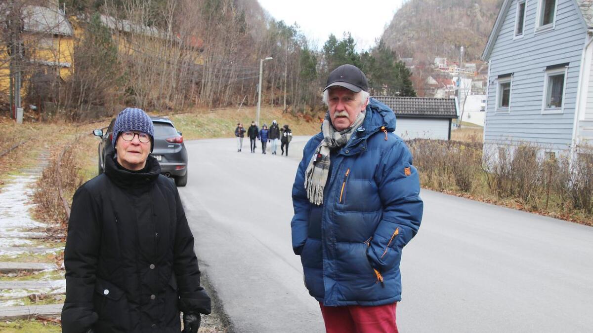 Grethe Gletne og Geir Karstensen er bekymra for skuleelvane som går langs Sandlivegen som i dag har 50-sone. Til venstre er den gamle toglinja som dei ønskjer at skal brukast som gangveg.