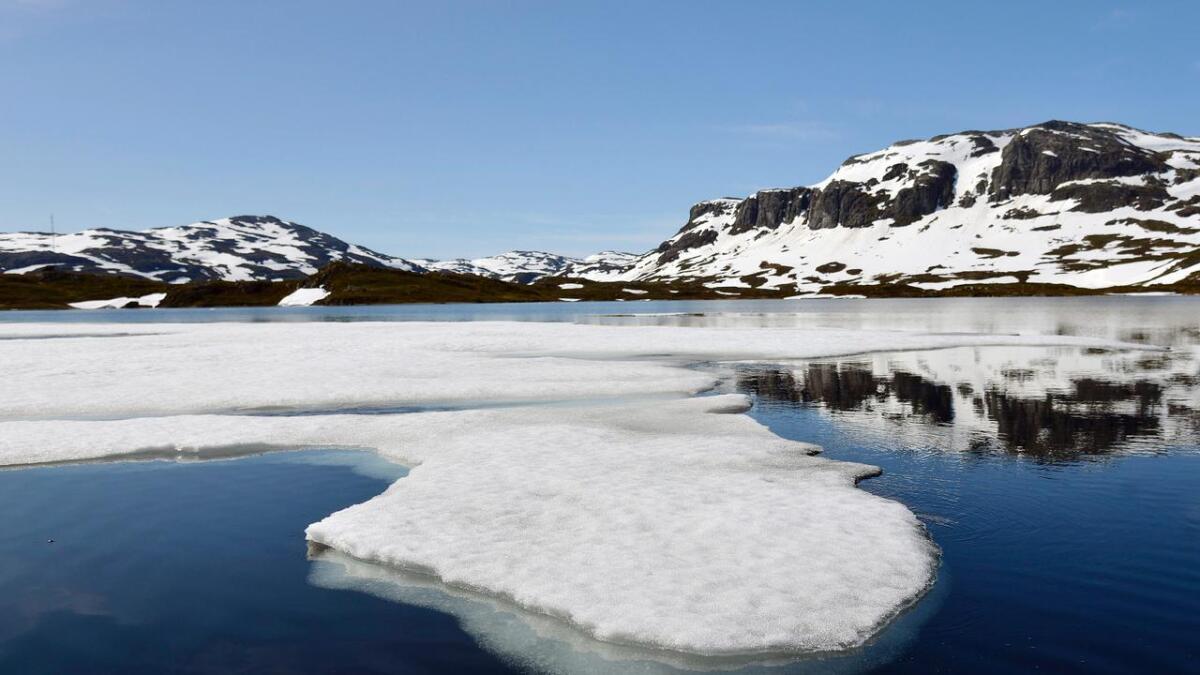 PÅ Ståvatn rett ved turisthytta ligger det fortsatt isflak av varierende størrelse og tykkelse.
