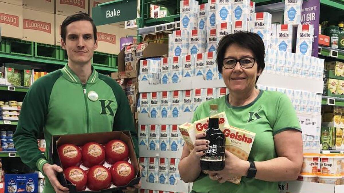 Assisterande butikksjef Joakim Hodne Kleven og butikksjef Nina Kristin Kjetså på KIWI Evje har plukka fram julevarer der prisen er redusert med tanke på konkurransen i daglegvarehandelen også i julestria.