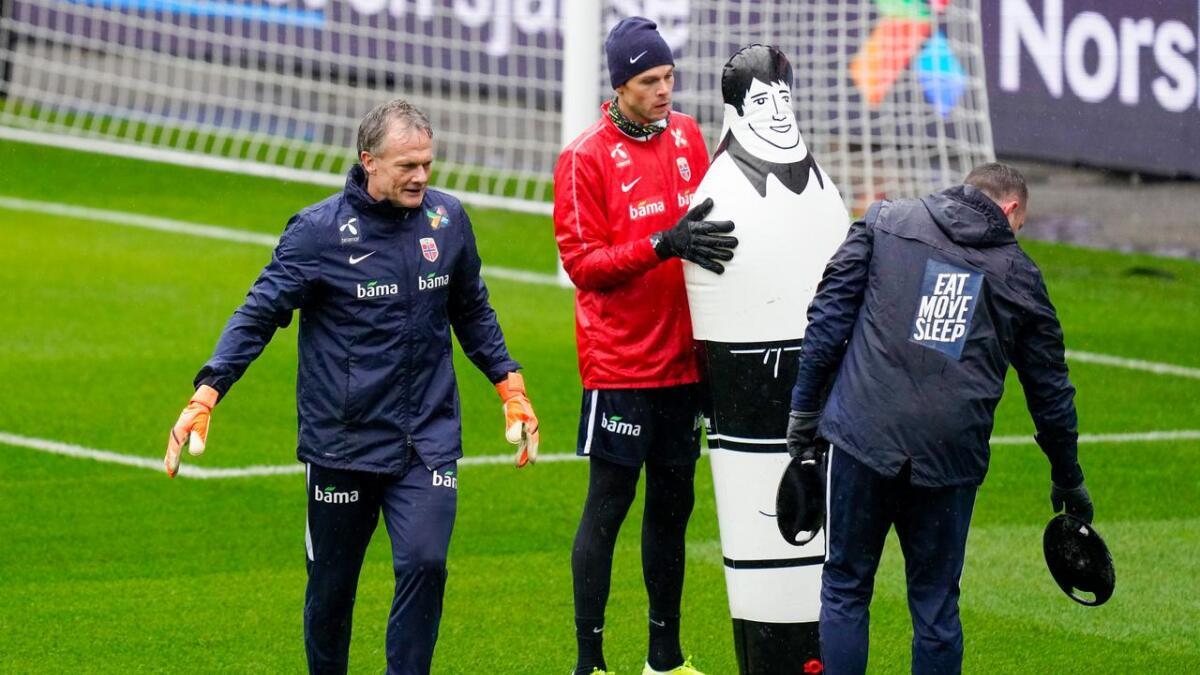 Frode Grodås (t.v.) ser ingn grunn til at Rune Almenning Jarstein ikke skal kunne spille til han er 40.
