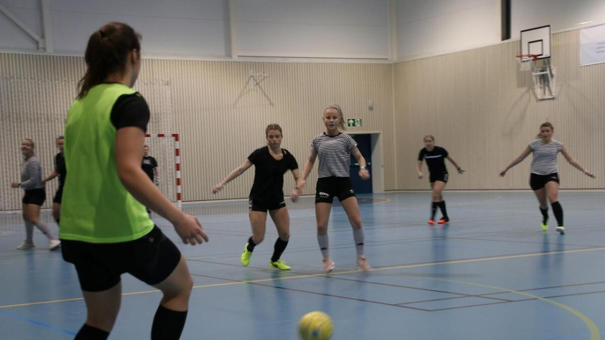 Sandra Stavenes med ryggen til, medan Marthe Karlsen og Emelie Dahle Skjerveggen kjempar om ballen.