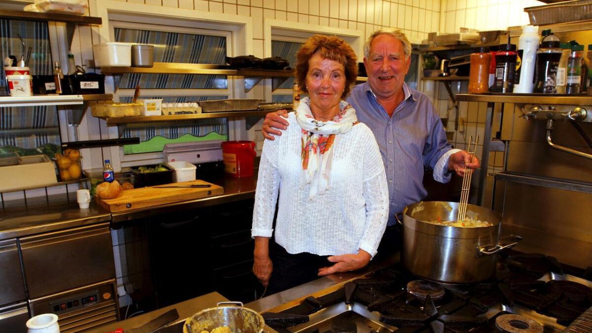 Lisbeth og Gunnar Ingelstad har møysommelig bygget opp suksessbedriften Årnes Kafeteria på Gvarv. Nå hedres de for jobben.ALLE