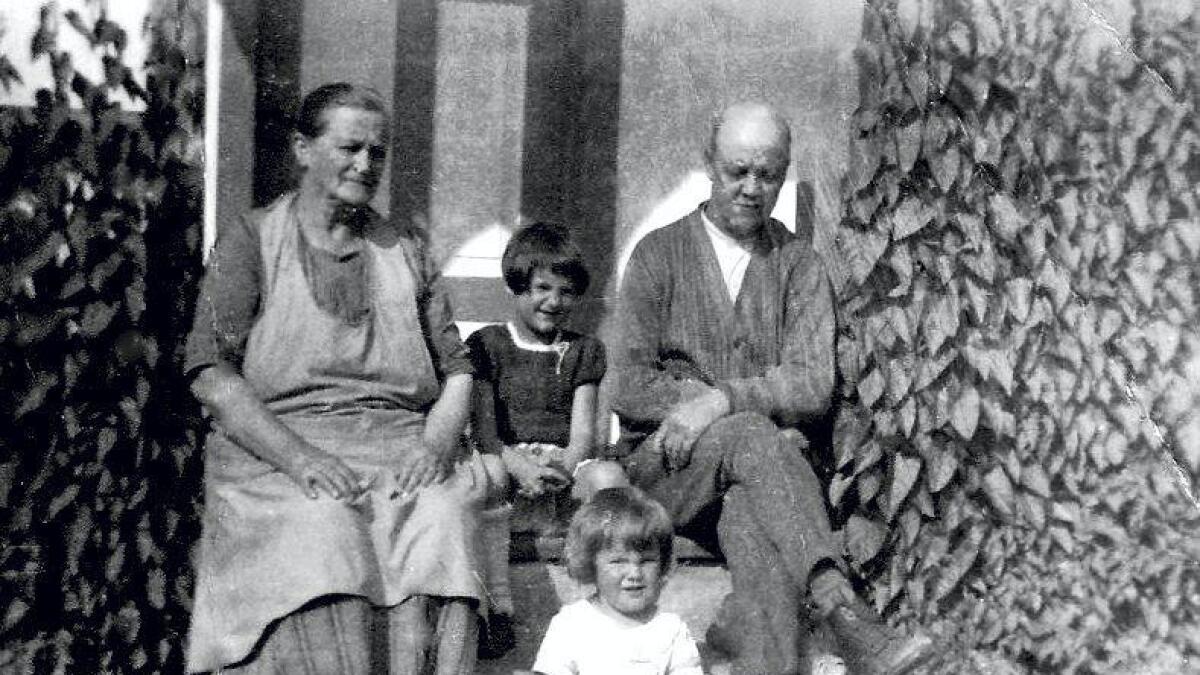 Hvilestund på trappen i slutten av 1930-årene. Ragnhild sitter foran, og bak hennes bestemor Thea, Ragnhilds kusine Ella og bestefar Karl Ludvik.