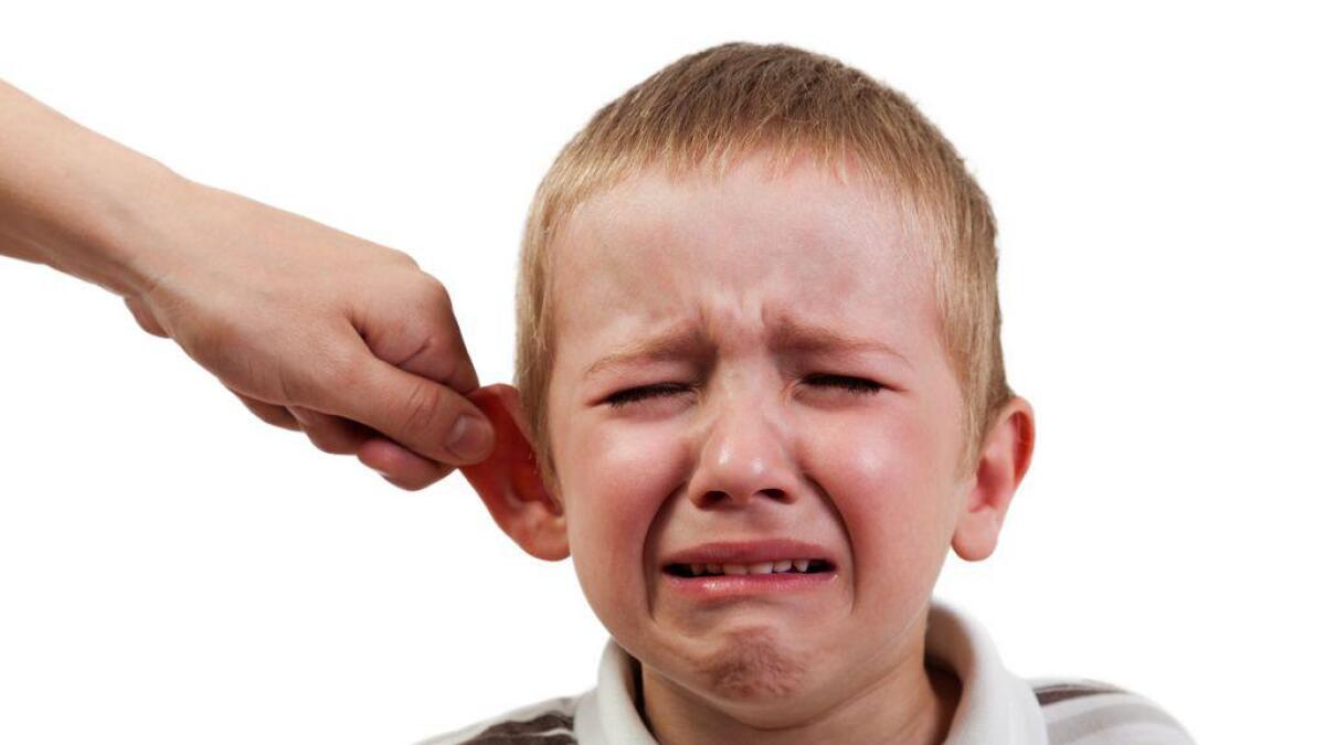 Dette biletet illustrerar ein unge som vert klopen i øyret. Nyleg vart ei kvinne dømt i tingretten for å ha gjort dette. ILLUSTRASJONS