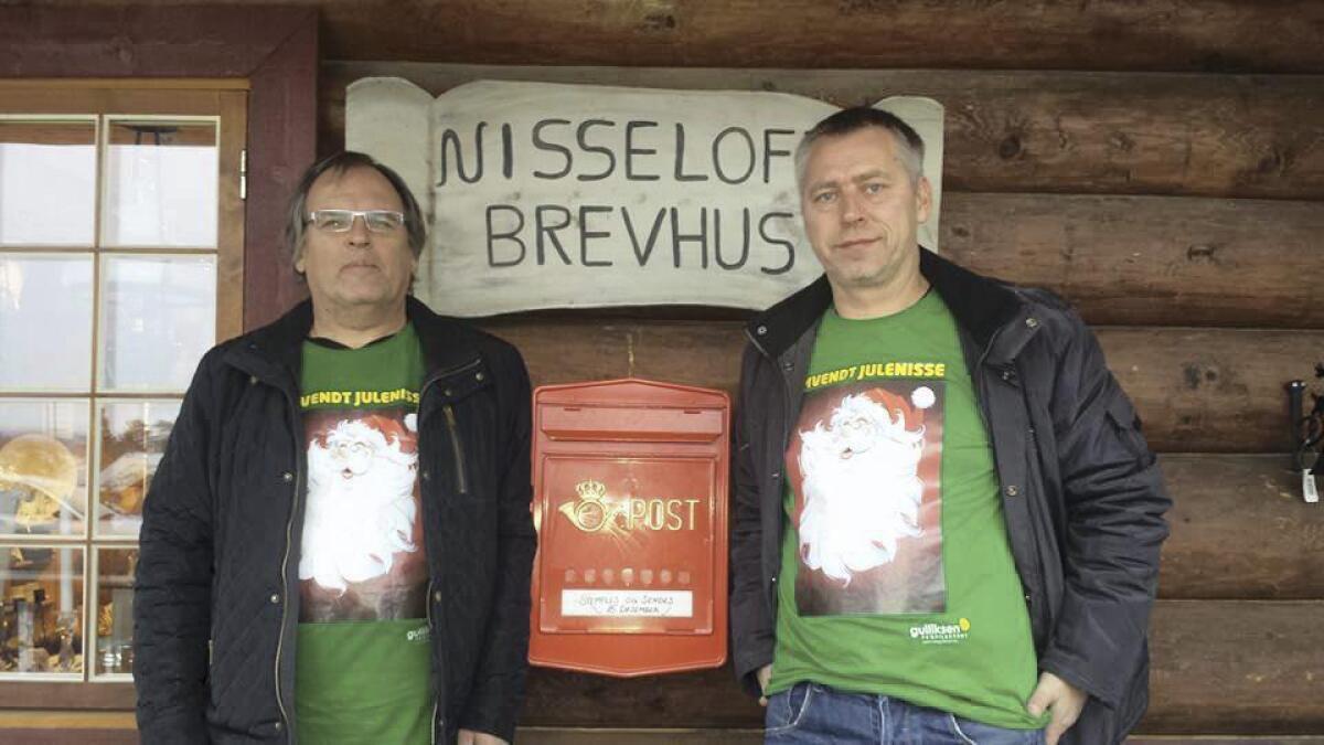 Thor Johan Andersen og Egil Holte står foran Nisseloftet i Vrådal.