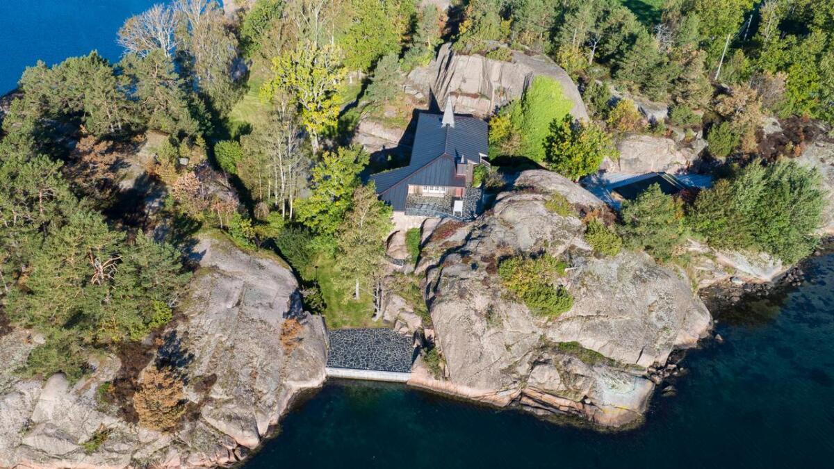 Denne strandeiendommen på Hesnes i Grimstad har nå fått en prisantydning på 25 millioner kroner.