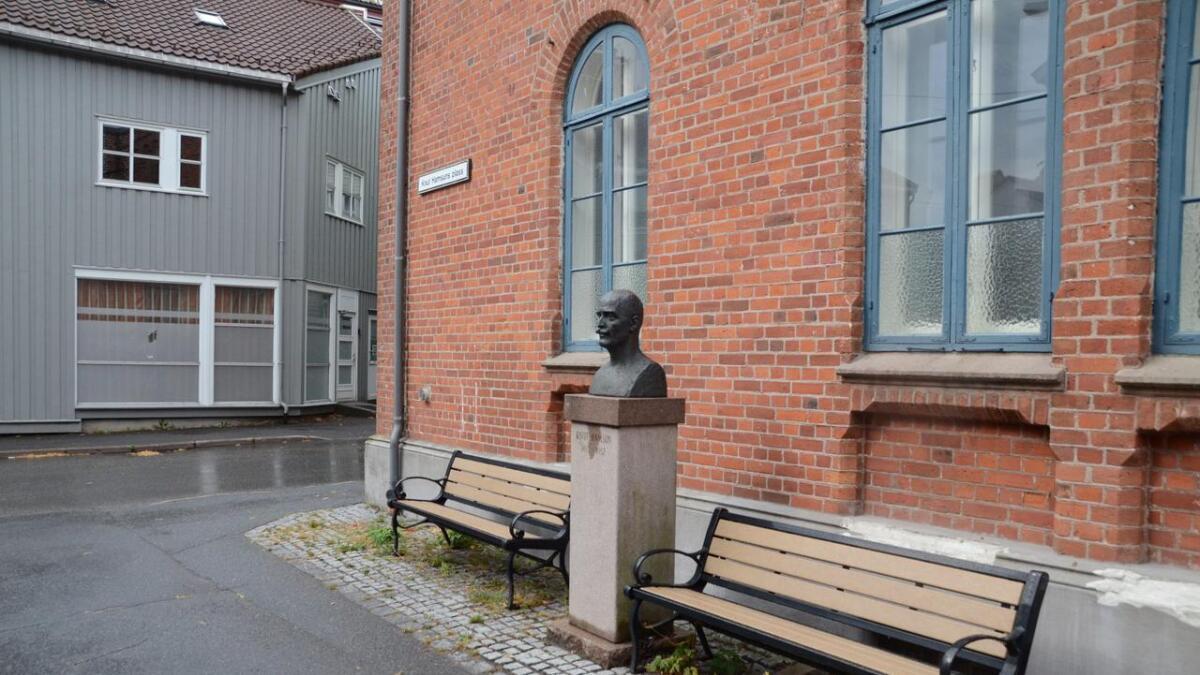 Paul Rynning skriver i dette innlegget om det han omtaler som hatefulle holdninger mot Knut Hamsun i Grimstad. bildet viser Hamsuns byste ved Knut Hamsuns plass.