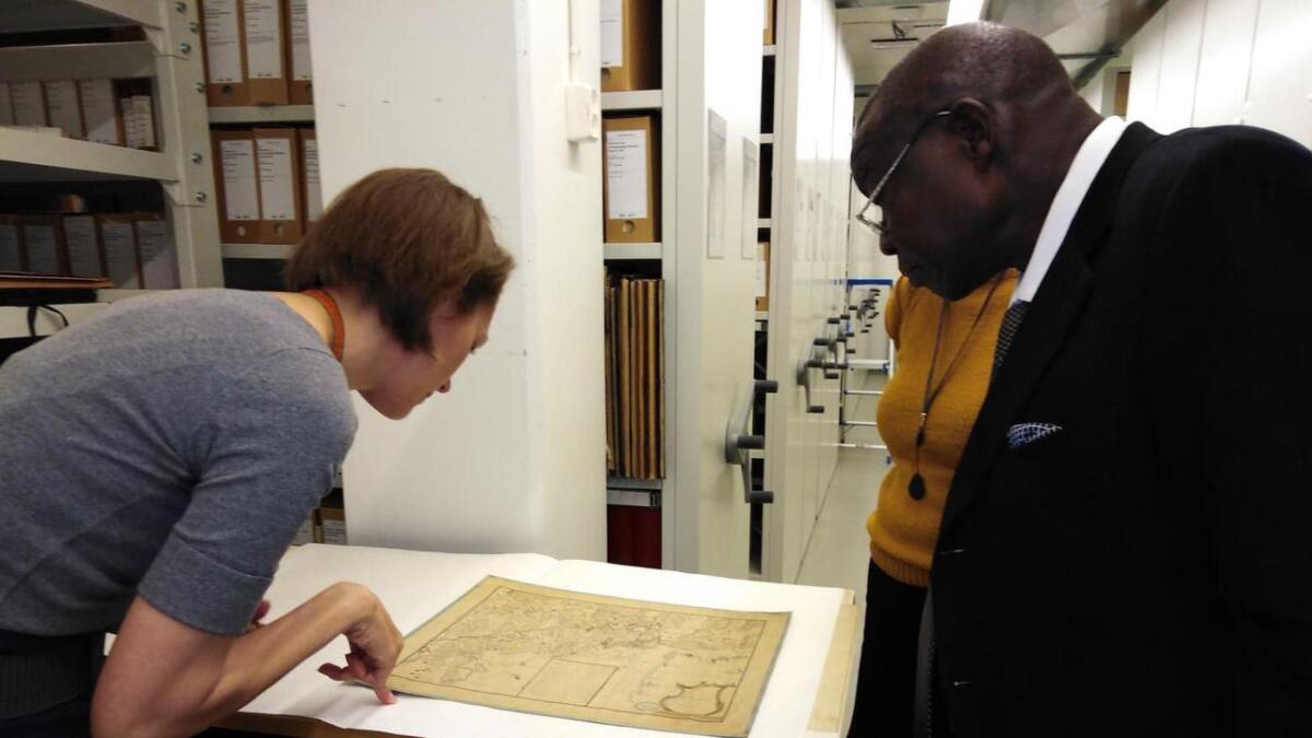 Omvisning i arkivet på KUBEN, arkivar Anne Gaaserud sammen med Youssef Onyalla.