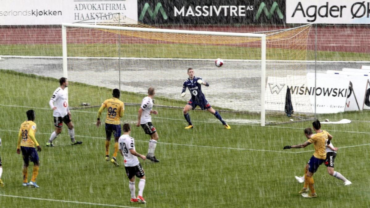 Kamen mellom Jerv og Odd ble slutt stoppet på grunn av regn. Odd-trener Dag-Eilev Fagermo fryktet at flere enn MAarkus Kaasa (bilde t.h.) ville bli skadet. ALLE