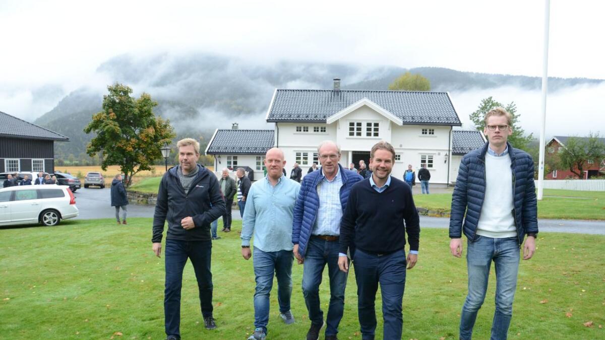 Erik Andre Vee (nummer to frå venstre) toppar skattelista i Flå. Han er ein av grunneigarane på Turufjell. Her saman med f.v. Jon Erik Wee, Knut Hilde, Håvard Staff Brenno og Erik Sand.