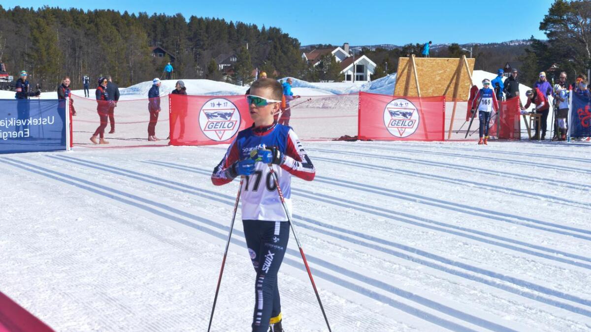 Leo Skjellaug Gundersen tok sjuandeplassen i gutar 13 år laurdag. Sundag vann han langløpet.