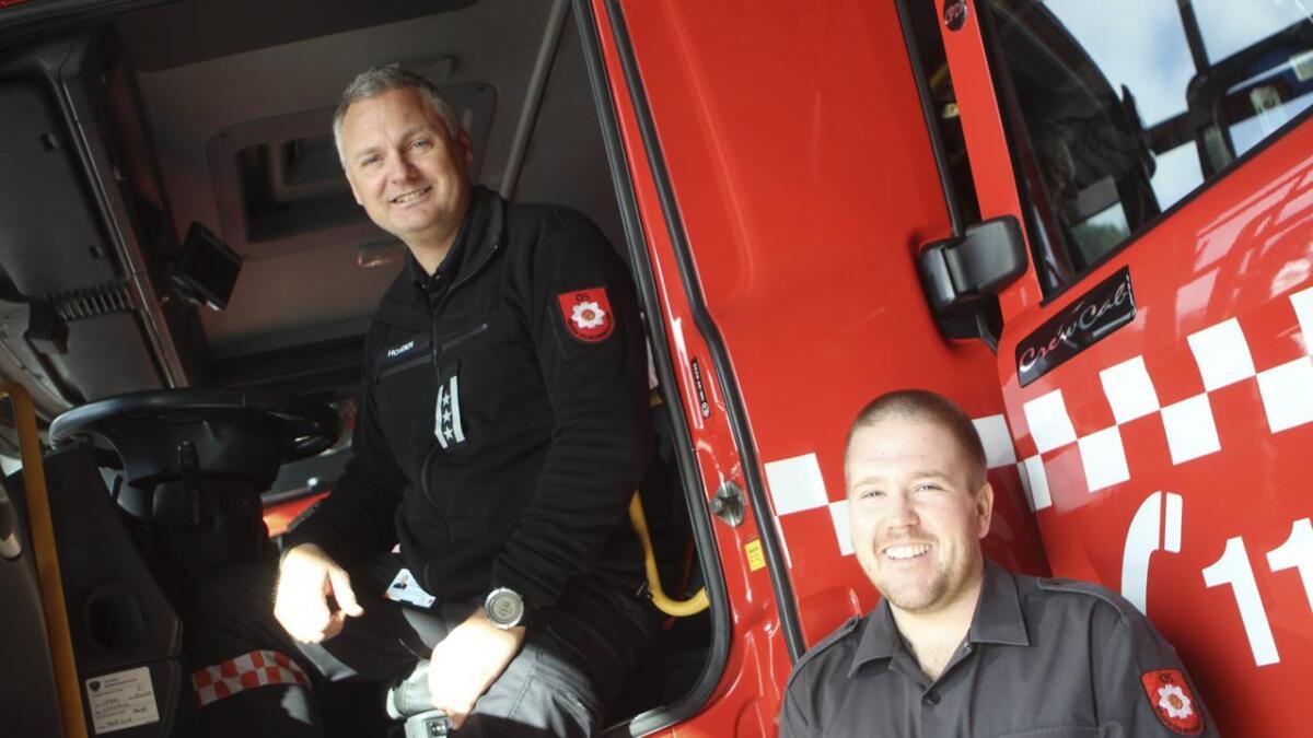 Brannsjef Eivind Hovden (bak rattet) og førebyggjande brannkonstabel Joakim Janssens gler seg til ei travel brannvernveke.