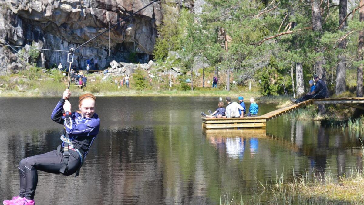 Nora Fauske Heia var blant de første som fikk prøve ziplinen i Eskedalsområdet på Flakkeheia. I bakgrunnen ses den nye bryggen.