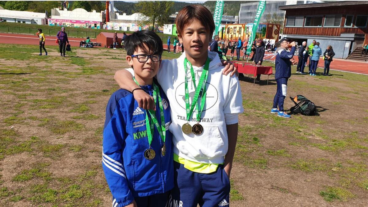 Nicholas (12) og Michael Reklev (13), R&Å, med medaljer etter sesongåpningen utendørs på Marienlyst stadion.