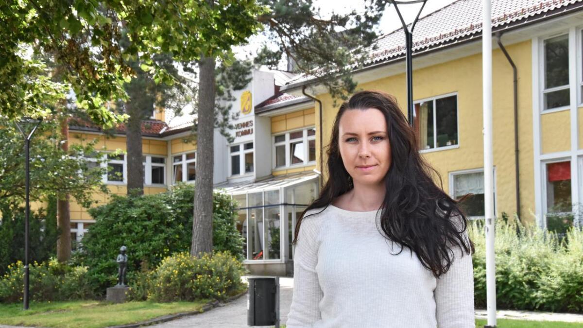 Anette Lilløy mener kommunen bruker altfor mye penger på vikarer. Penger som heller burde vært brukt til å gi folk fast arbeid.