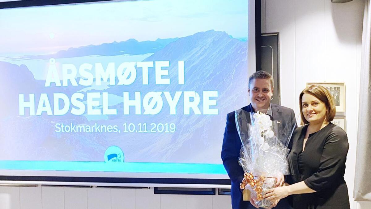 Varaordfører Lena Arntzen overrakte blomster til Hadsel Høyres nye leder Andreas Øien Johannessen.