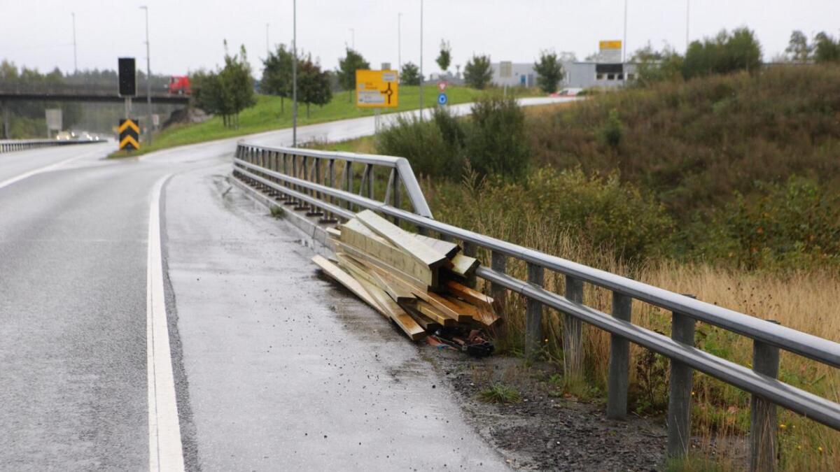 En bil mistet et lass med planker på E18 på Stoa i Arendal onsdag formiddag,.