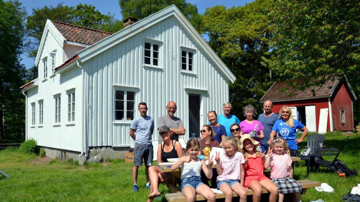 2. pinsedag var en god gjeng samlet på Gittas hus for å male, snekre og gjøre det klart til årets sommerskole.
