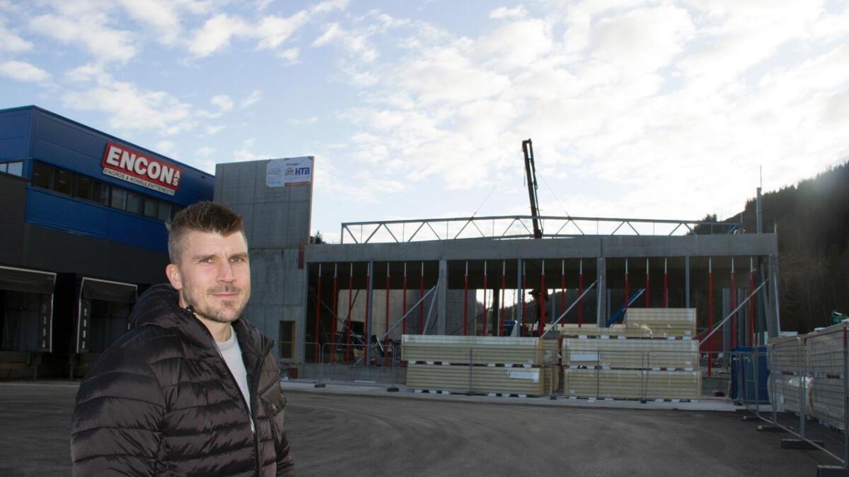 – Åtte år etter innflytting er kapasiteten på noverande bygg sprengd. Eit nybygg på 1.000 kvadratmeter er difor under arbeid, og skal stå klart til våren, opplyser dagleg leiar Helge Tolaas.