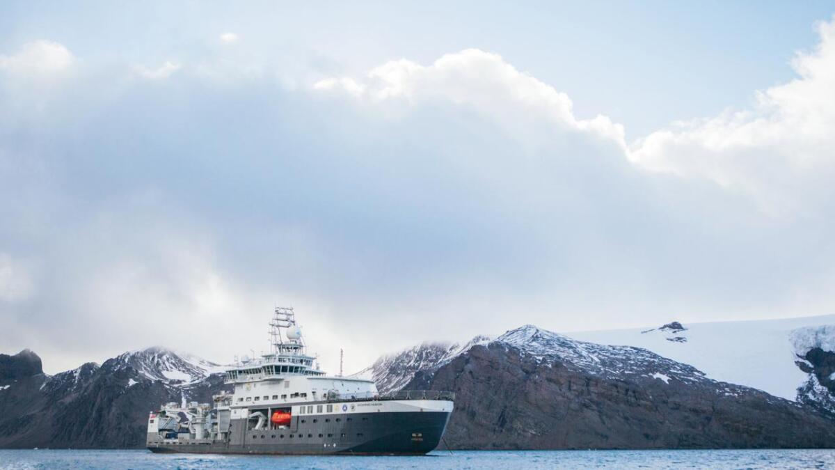 «Kronprins Haakon» utafor King George Island.
