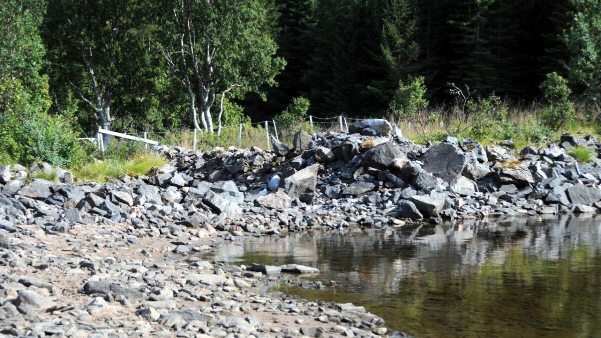 Ved Storvatnet i Sortland er det tydelige tegn på at det er ei stund siden sist det kom regn.