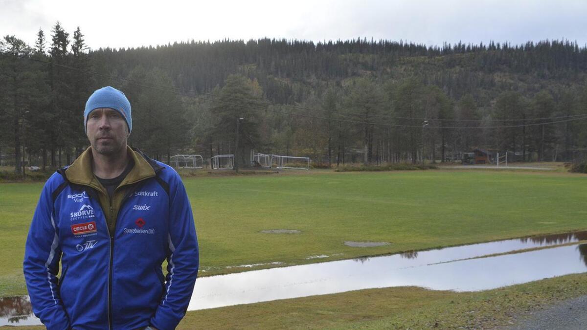 Leiar i driftsgruppa Sigbjørn Teigland Hansen vona at fotballbanen endeleg skulle få eit løft.