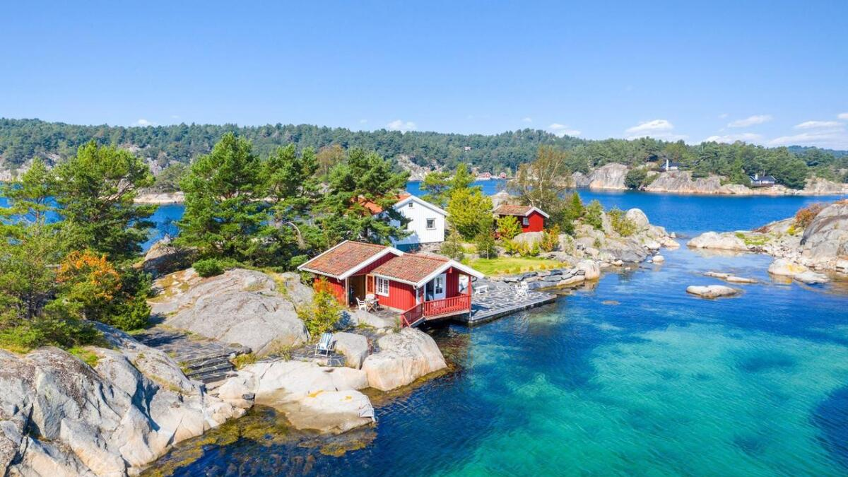 Sjøbua har bruktareal på 30 kvadratmeter, og inneholder gang, oppholdsrom og bad.