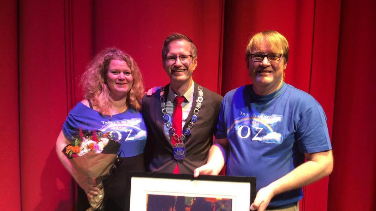 """Marianne Løge og leif Gerhard """"Liffe"""" andersen (t.v.) ble overrakt Arendal kommunes kulturpris for 2016 av ordfører Robert C. Nordli torsdag kveld."""