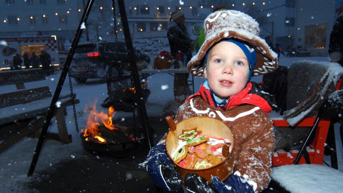 Utkledd som pepperkakemann, og med hjemmelagede pepperkaker i boksen, vandret Dennis (4) rundt om i sentrum av Lødingen under Nisselørdagen. – Vil du ha en pepperkake, var spørsmålet mange fikk.