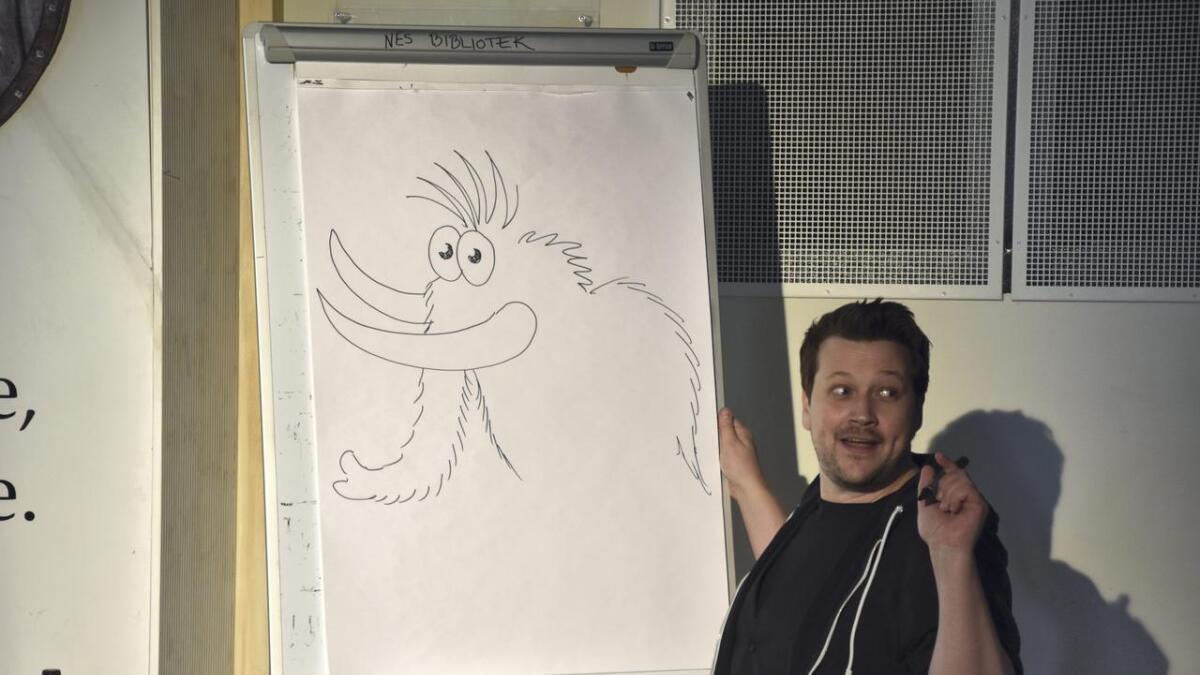 Illustratør Jens Kristensen tegner her en mamut, eller elefant med pels som han også kalte denne skapningen med tre meter lange hoggtenner.