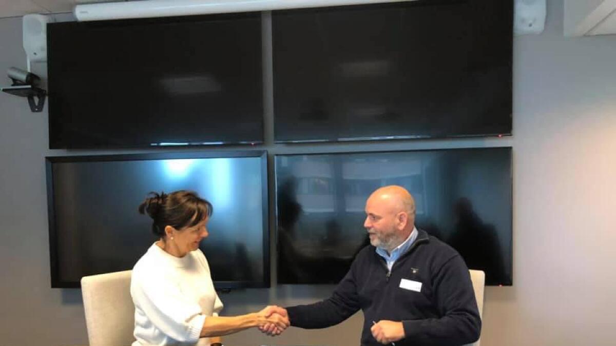Regionvegsjef Tone Oppedal og Flage Maskin sin sjef, Ole Petter Flage, utvekslar handtrykk etter at kontrakten er signert.