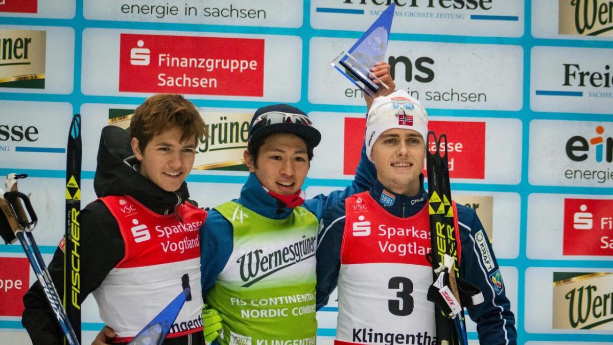 Sindre Ure Søtvik er tilbake på pallen. Her er han saman med vinnar Go Yamamoto og nummer to Florian Dagn, Austerrike.