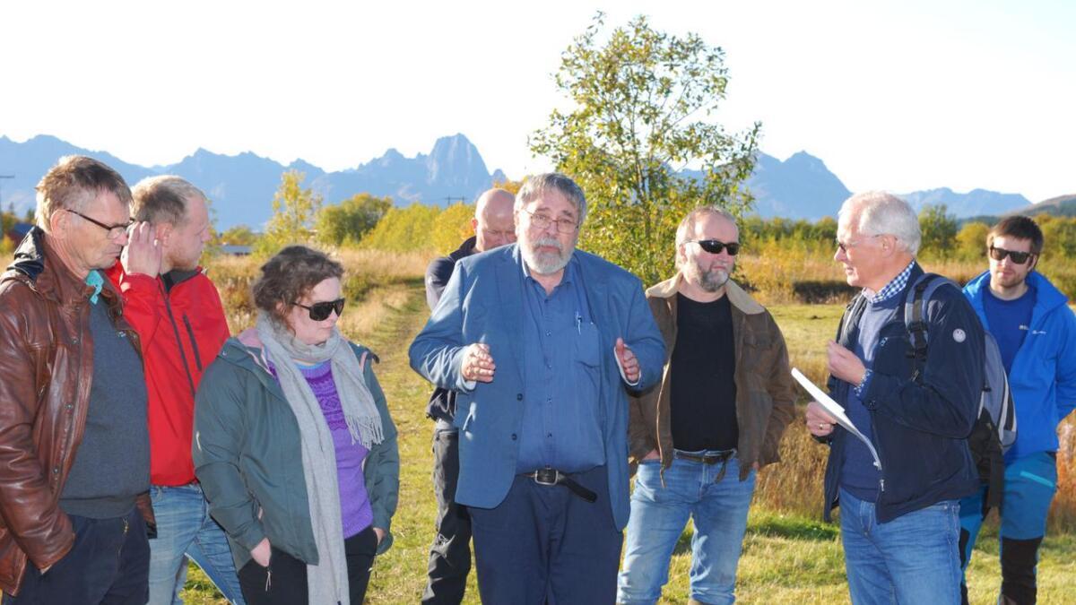 Samson Øpstad (midten) fra Norsk institutt for bioøkonomi besøkte Sortland i forbindelse med en fagdag for bønder. Avdelingdirektør ved Fyleksmannen i Nordland, John Kosmo (t.h) og Sverre Heggset fra Norsk landbruksrådgivning Nordvest helt til venstre var også blant dem som deltok.