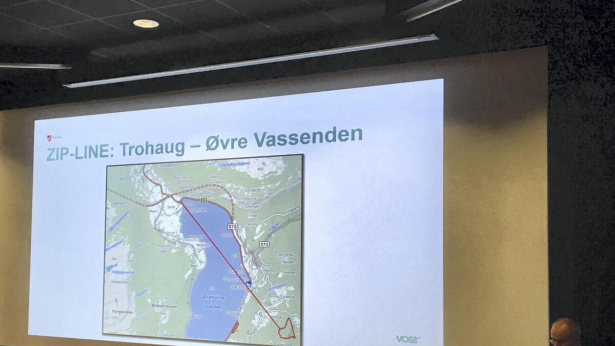 Reidar Meel viser ei skisse over innspelet om zipline over Granvinsvatnet.