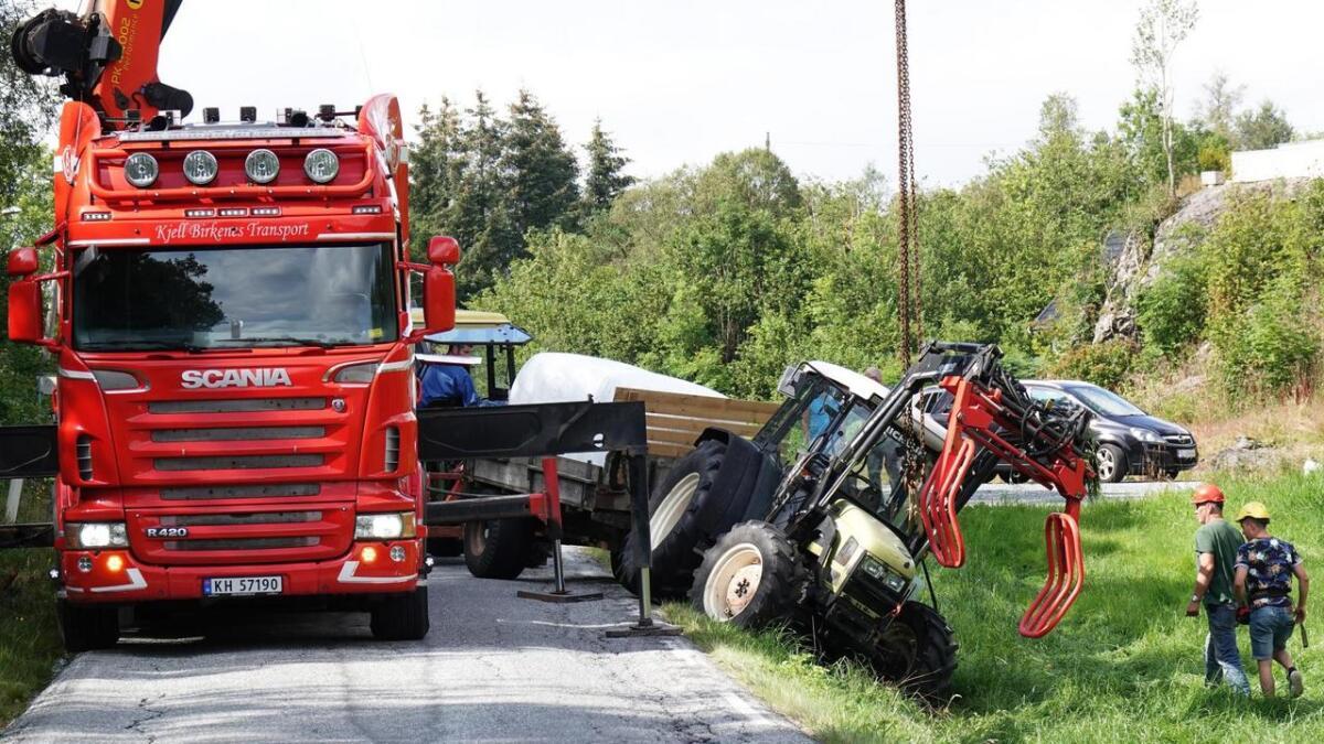 Hektisk med å berga traktoren og få trafikken forbi på ulukkesstaden på Hidle i ettermiddag. Heldigvis kunne ein bil frå Kjell Birkenes Transport komma til hjelp.