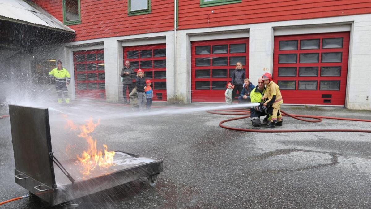 Seks år gamle Niklas Ygre Skorve hadde ikkje noko problem med å sløkkja brannen på open dag på Voss brannstasjon laurdag. Han hadde bitte litt hjelp av Nils Ove Sleen i Voss brannvern.