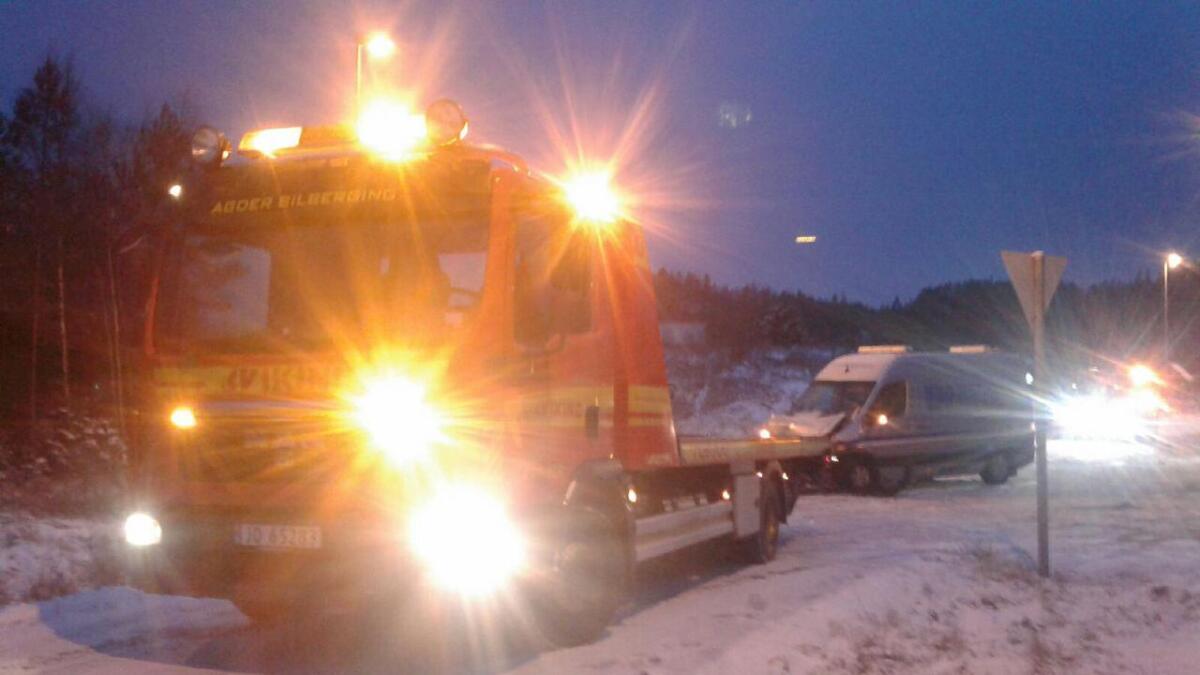 En av tre biler som var involvert i Tveide-ulykken taues bort av Viking. 24-åringen satt i en annen bil.