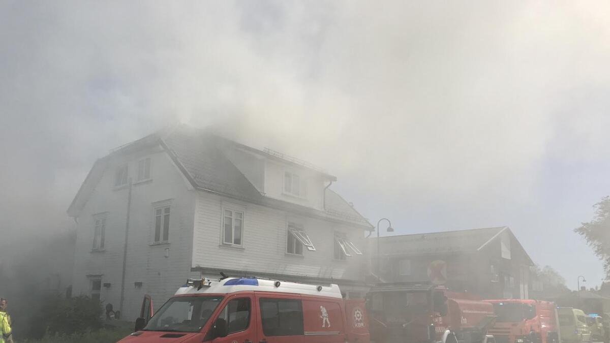 Huset inneholder en kinarestaurant og en eller flere boliger. Bildet er tatt ca. kl. 14.20.