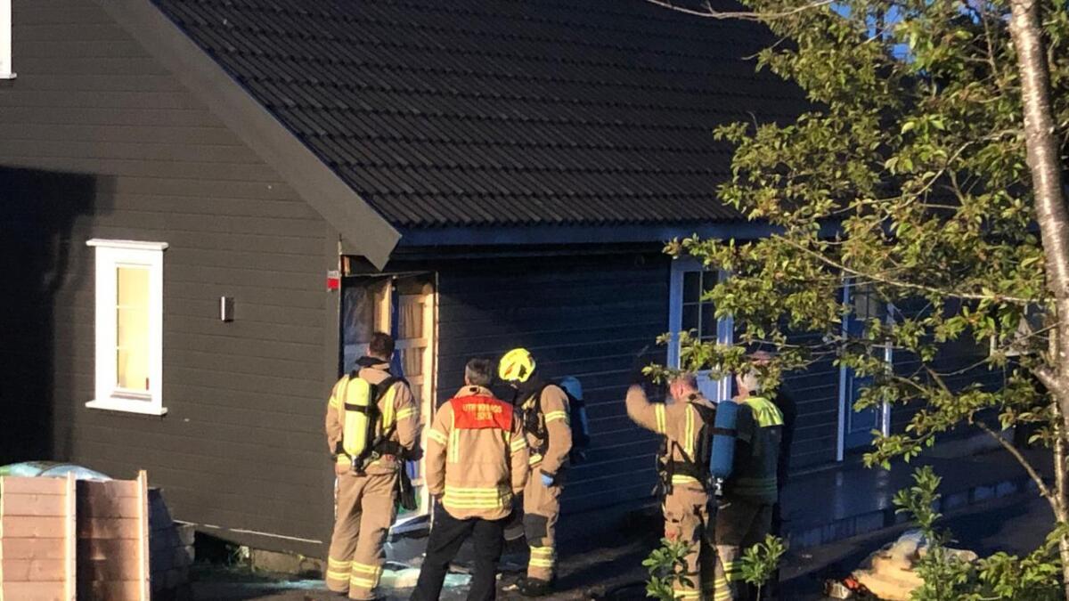 Brannvesenet rykket tirsdag kveld ut på et branntilløp i Naudebroveien i Arendal. De fikk raskt kontroll på stedet.